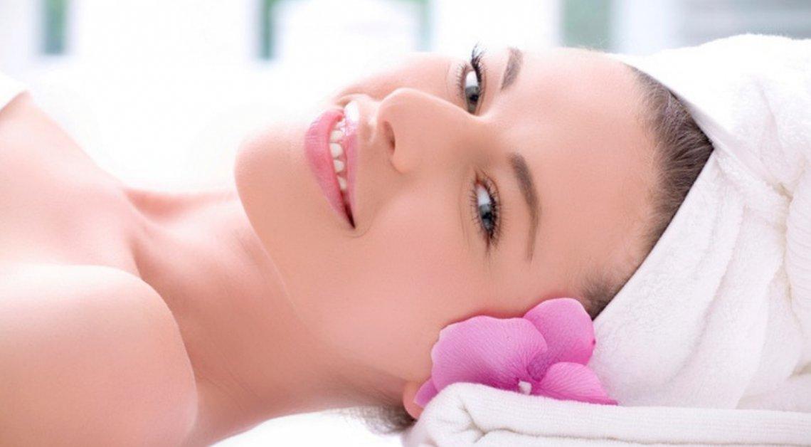 Złuszczanie kwasami – skuteczna i bezpieczna metoda walki z niedoskonałościami skóry